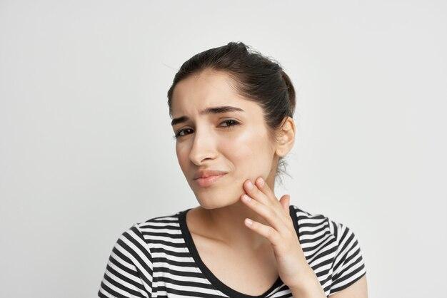 Brunetka stomatologia problemy zdrowotne dyskomfort na białym tle