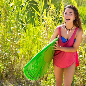 Brunetka surfera dziewczyna spaceru w dżungli