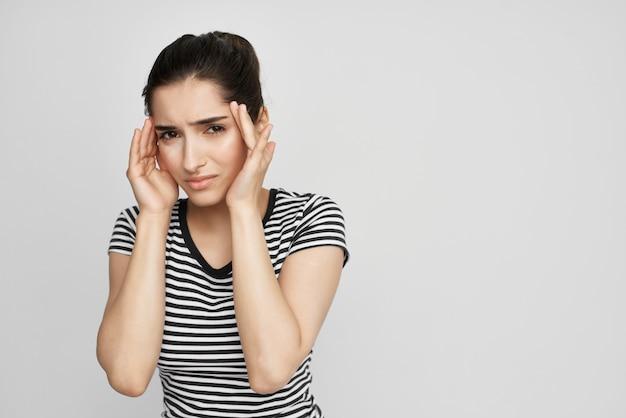 Brunetka trzymająca głowę depresja migrenowa na białym tle