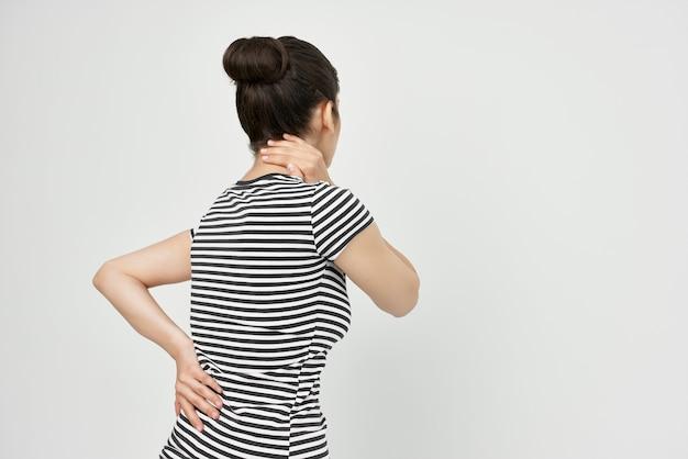 Brunetka trzymająca głowę migrena depresja lekkie tło