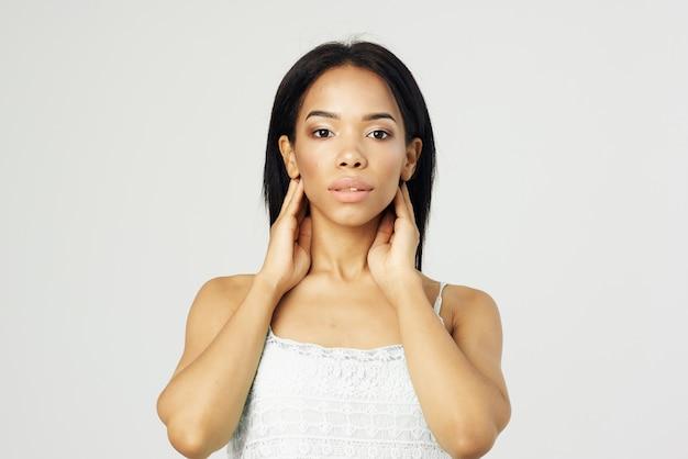 Brunetka w białej sukni makijażu pozowanie studio