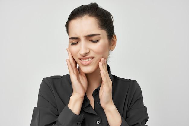 Brunetka w czarnej koszuli ból zęba problemy zdrowotne