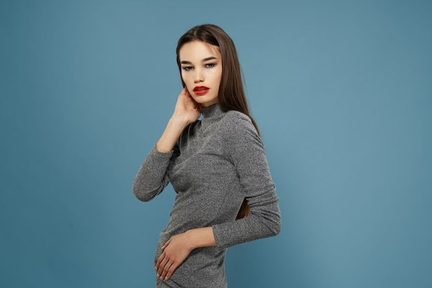 Brunetka z czerwonymi ustami jasny makijaż elegancki styl pozowanie