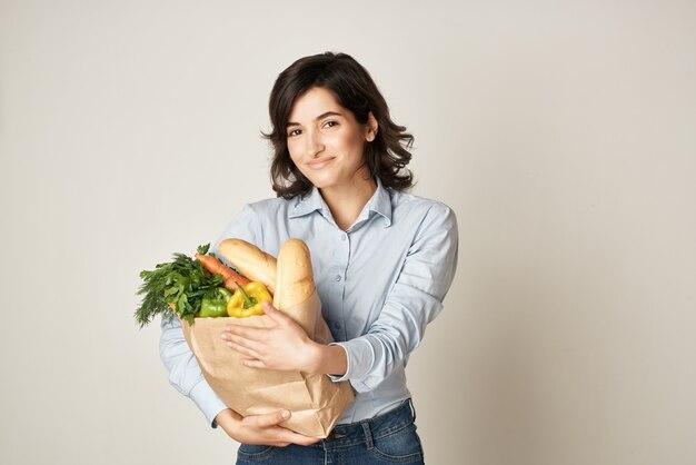 Brunetka z pakietem produktów zdrowej żywności organica stroymarket. zdjęcie wysokiej jakości