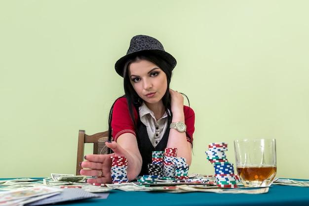 Brunetka zamierza postawić zakład w kasynie