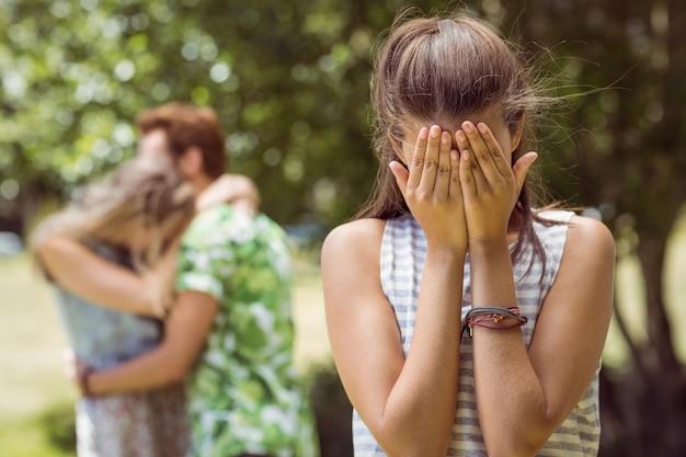 Brunetka zdenerwowana widząc chłopaka z inną dziewczyną
