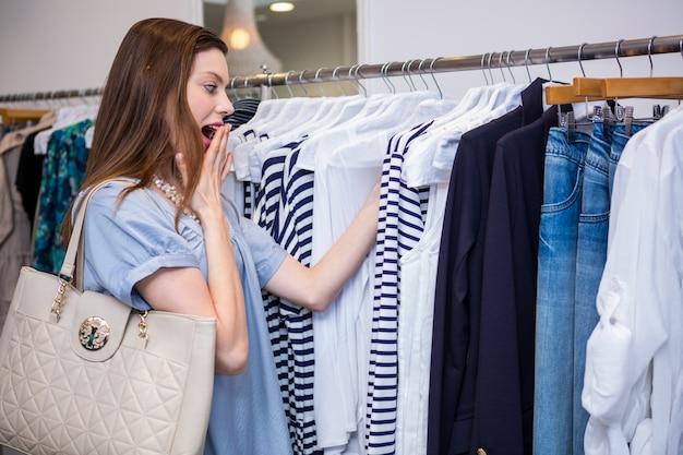 Brunetka zszokowana ceną odzieży