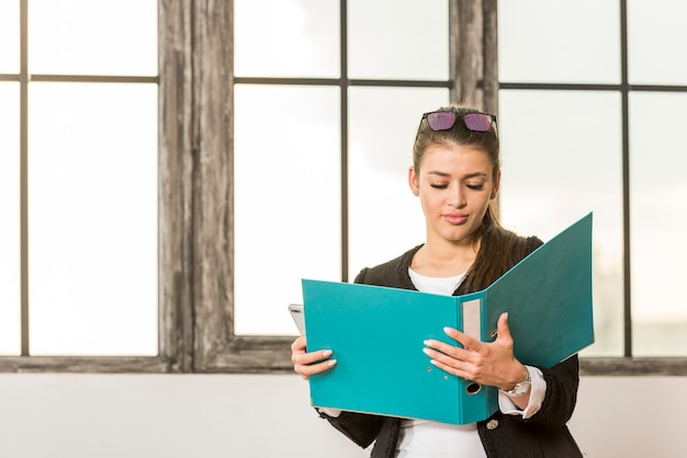 Brunetki bizneswomanu czytania falcówka