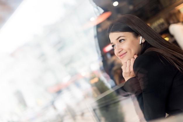 Brunetki bizneswomanu ono uśmiecha się