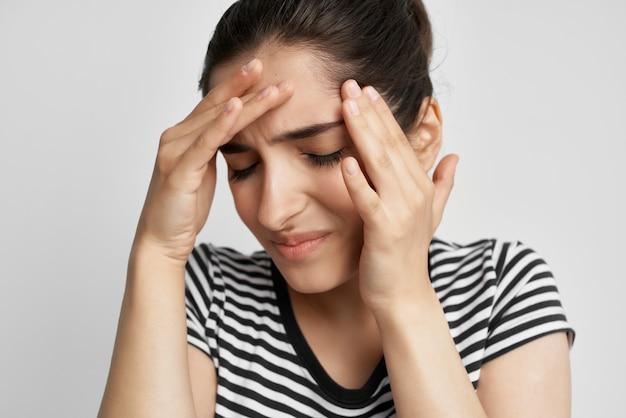 Brunetki ból głowy bolesny zespół dyskomfort na białym tle