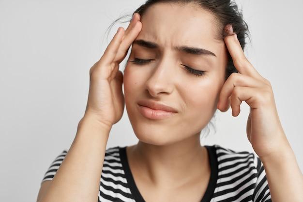 Brunetki ból głowy bolesny zespół dyskomfort problemy zdrowotne. zdjęcie wysokiej jakości