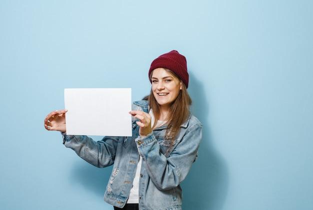 Brunetki dziewczyna trzyma białego panel