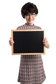 Brunetki dziewczyna trzyma pustego plakat