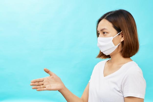 Brunetki kobieta jest ubranym twarzy maskę