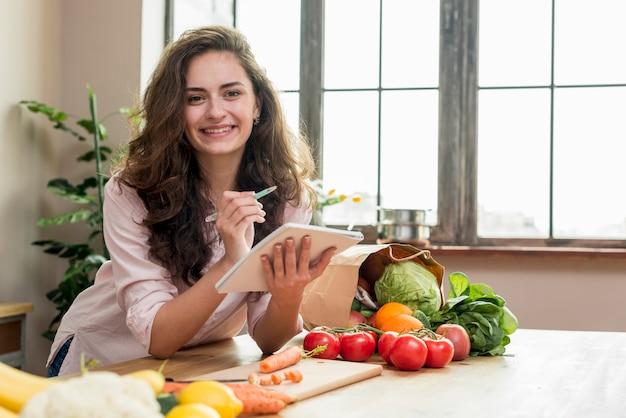 Brunetki kobieta w kuchni
