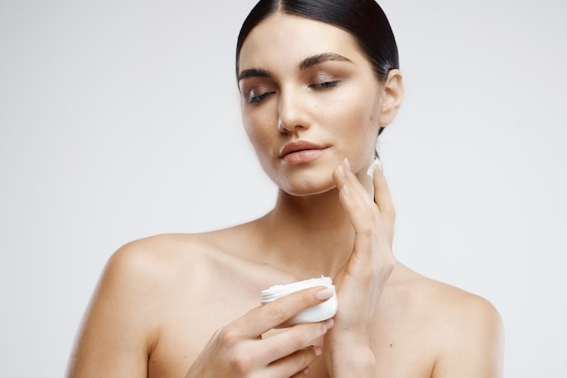 Brunetki nagie ramiona krem słoik dermatologia