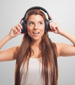 Brunette piękno w słuchawkach odwracając.