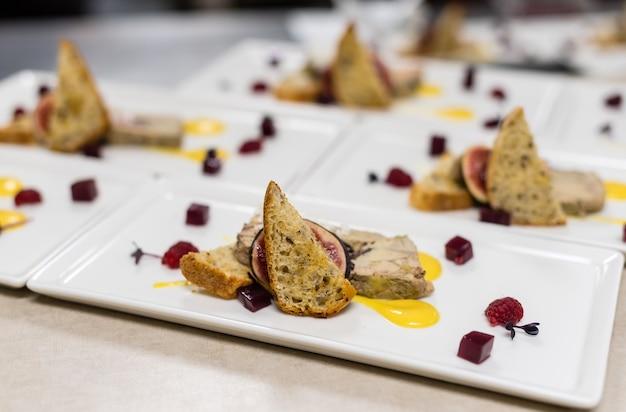 Bruscheta z mięsem ze świeżych malin i fig
