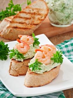 Bruschetta z pastą z zielonego groszku i krewetek
