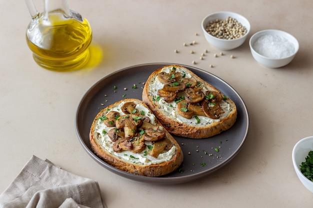 Bruschetta z pieczarkami i białym serem. zdrowe odżywianie. jedzenie wegetariańskie.