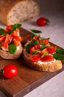 Bruschetta z pomidorami i szpinakiem na śniadanie