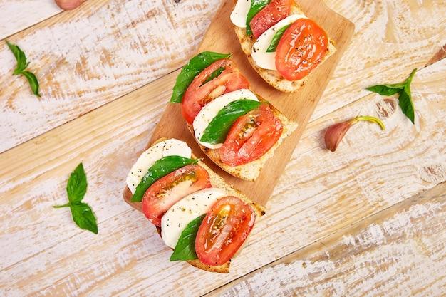 Bruschetta z pomidorami, mozzarellą i bazylią