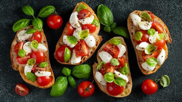 Bruschetta z pomidorami, mozzarellą i bazylią.