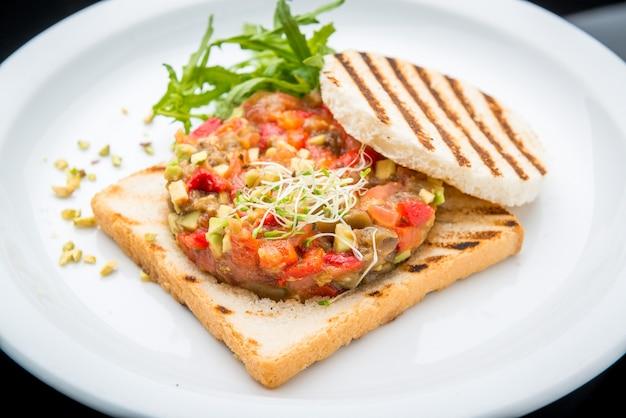 Bruschetta z pomidorem, mozarellą i bazylią