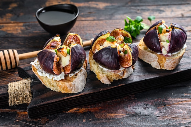 Bruschetta z serem camembert i pieczonymi plastrami fig