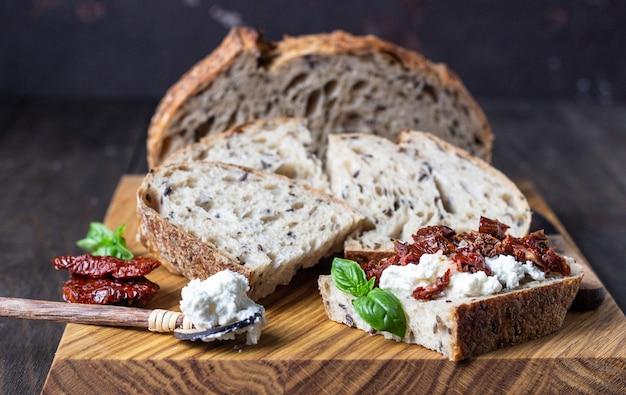 Bruschetta z serem ricotta, suszonymi pomidorami i bazylią.