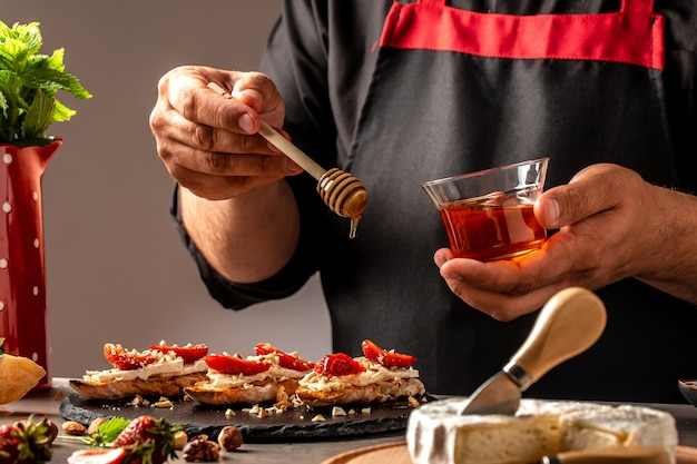 Bruschetta z truskawkami, serem camembert, orzechami i miodem