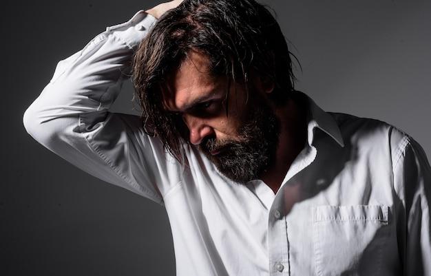 Brutalny brodaty mężczyzna sylwetka przystojny mężczyzna fryzjer sklep moda modne ubrania brodaty mężczyzna w