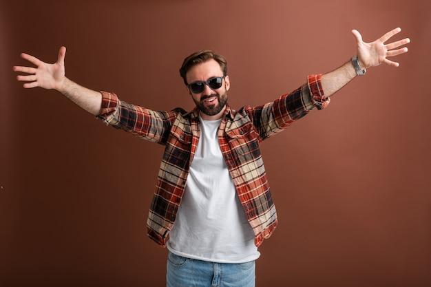 Brutalny hipster uśmiechnięty facet, przystojny stylowy brodaty emocjonalny szczęśliwy mężczyzna
