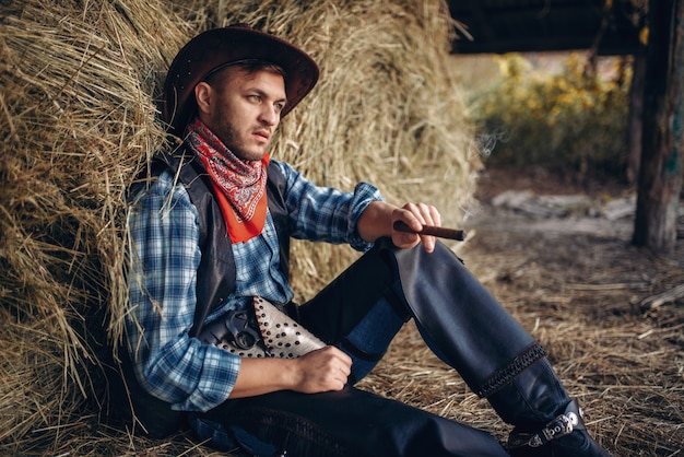 Brutalny kowboj odpoczywa przy cygarze