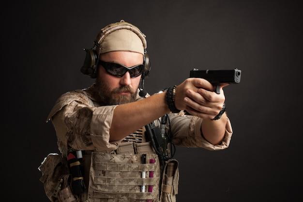 Brutalny mężczyzna celujący z pistoletu.