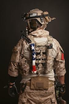 Brutalny mężczyzna w wojskowym mundurze pustynnym.