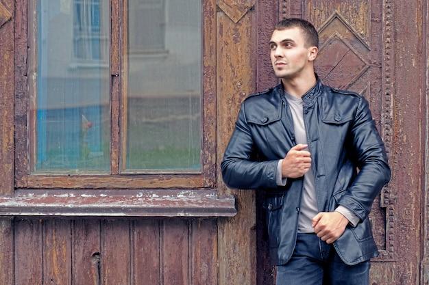 Brutalny młody człowiek w skórzanej kurtce