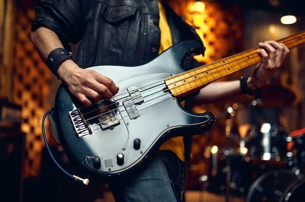 Brutalny muzyk z gitarą elektryczną, muzyka występująca na scenie