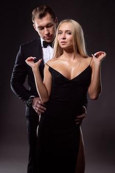 Brutalny zakochany mężczyzna delikatnie obejmuje seksowną młodą blondynkę