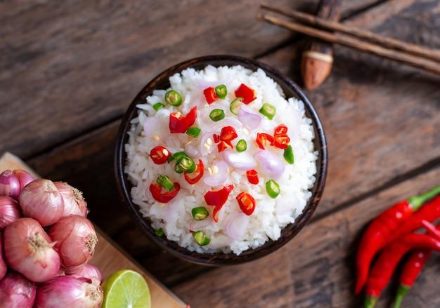 Brwi ryżowego korzennego azjatykciego jedzenie z warzywem i chopstic na drewnianym
