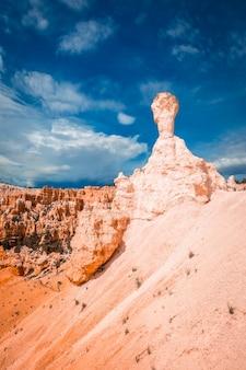 Bryce hammer na trekkingu queens garden trail w parku narodowym bryce w stanie utah. stany zjednoczone, zdjęcie pionowe