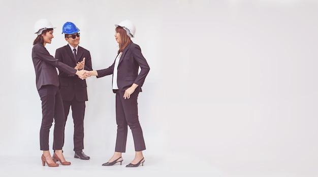 Brygadzista biznesu drżenie rąk, kończąc spotkanie