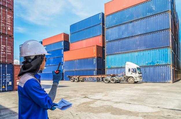 Brygadzista obsługuje eksport i import towarów przygotowujących dostawę gumowych kompaktów w porcie