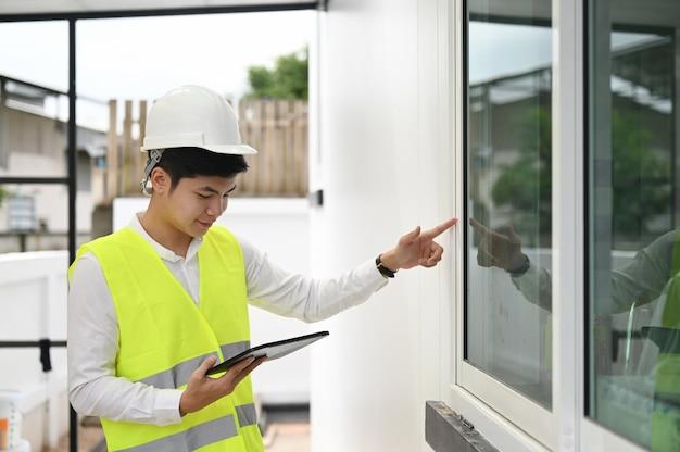 Brygadzista pracujący z komputerem typu tablet, koncepcja inspektora budowlanego