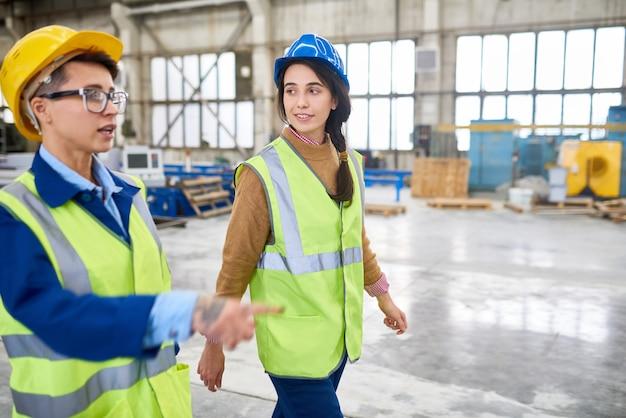 Brygadzistka pokazuje budowę nowy pracownik