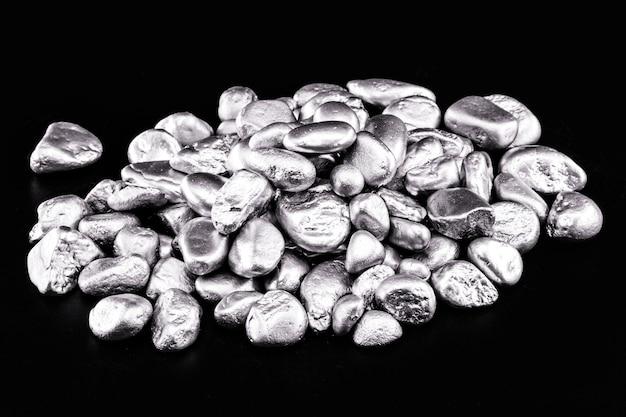 Bryłki platyny, na białym tle. metal szlachetny znany jako kolejny biały, luksusowy koncept.