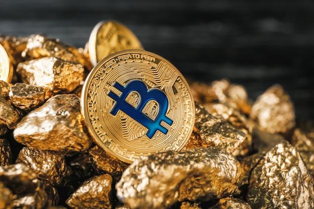 Bryłki złota i bitcoin na czarno