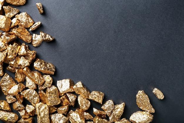 Bryłki złota na czarnej powierzchni