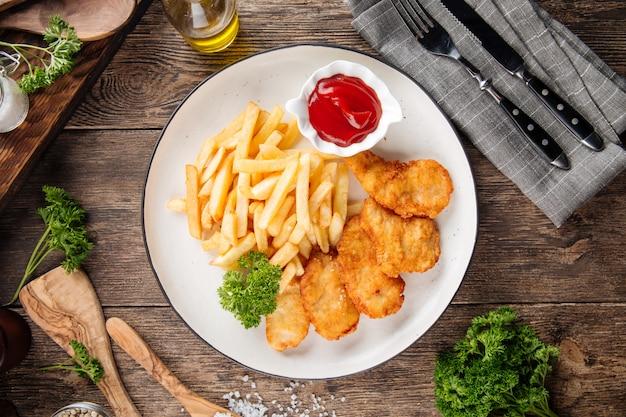 Brytyjska przekąska smażona w głębokim tłuszczu ryba z frytkami