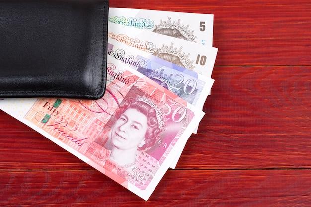 Brytyjskie funty w czarnym portfelu